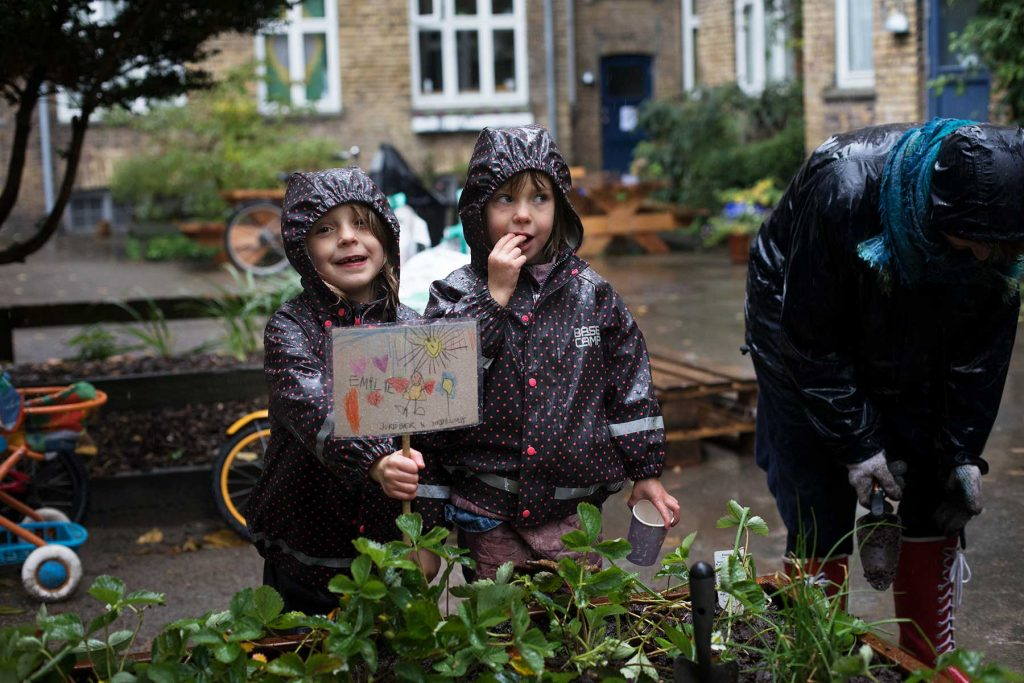 Baldersgårdens gårdprojekt oktober 2017|Lørdag i oktober i silende regn. Beboerne i Baldersgården fylder jord i højbede og planter til med stauder og kål